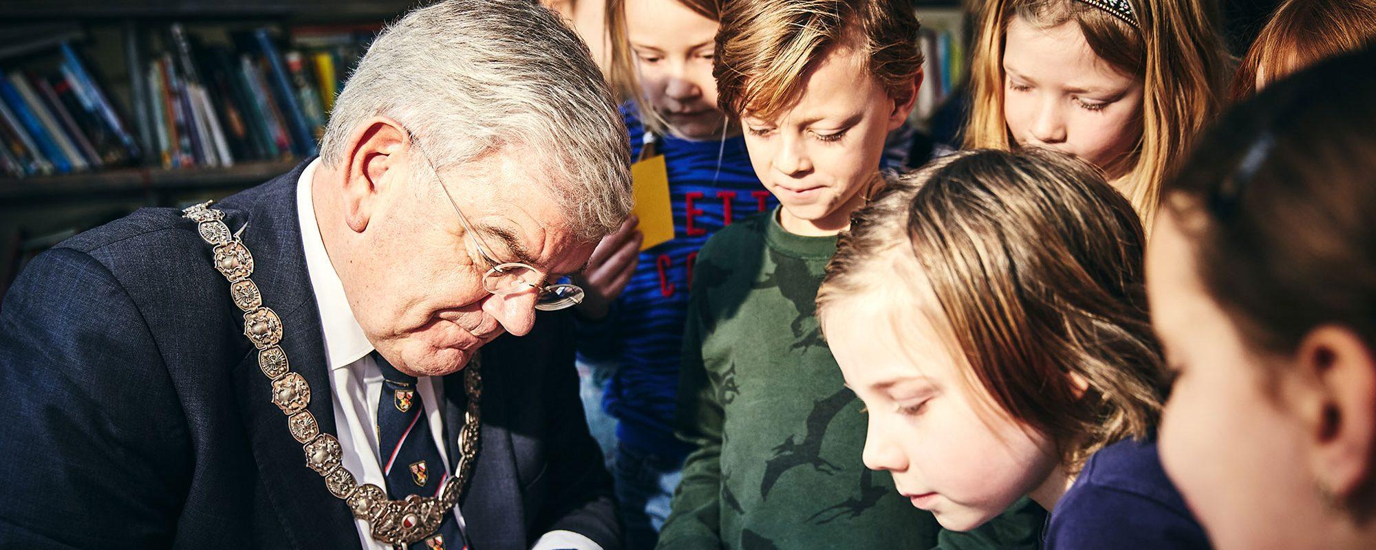 Burgemeester-Jan-van-Zanen-op-OBS-De-Koekoek---©Milan-Hofmans,-24.01